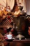 Samovar con una tazza di tè Fotografia Stock