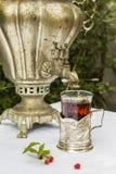 Samovar de cobre del vintage en un soporte de vaso y un vidrio de cl caliente del té Foto de archivo libre de regalías