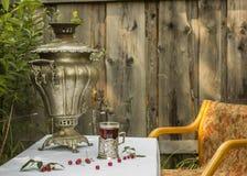 Samovar de cobre del vintage en un soporte de vaso y un vidrio de st caliente del té Foto de archivo libre de regalías