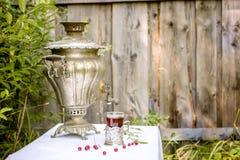 Samovar de cobre del vintage en un soporte de vaso y un vidrio de st caliente del té Fotografía de archivo