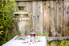 Samovar de cobre do vintage em um suporte de copo e em um vidro do st quente do chá Fotografia de Stock