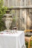 Samovar de cobre do vintage em um suporte de copo e em um vidro do st quente do chá Imagens de Stock