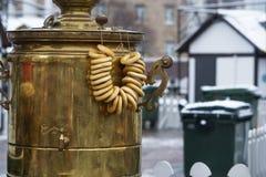 Samovar de cobre grande, para la preparación del té, con los anillos de espuma imagen de archivo libre de regalías