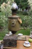 Samovar de consumición del té tradicional ruso Utensilio viejo de la cocina de la antigüedad del vintage Fotos de archivo