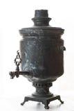 Samovar del tonelero del vintage para la ceremonia de té en un fondo blanco Foto de archivo libre de regalías