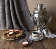 Samovar do chá das panquecas de Shrovetide foto de stock royalty free