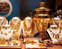 Samovar do ouro do russo no mostrar-indicador Imagem de Stock