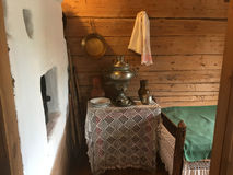 Samovar en laiton de vintage avec le fourneau dans la prochaine salle Images libres de droits