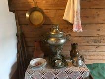 Samovar en laiton de vintage avec le fourneau dans la prochaine salle Image stock