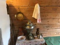 Samovar en laiton de vintage avec le fourneau dans la prochaine salle Photo stock