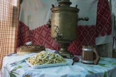Samovar och bröd för tappning som rysk är salta på tabellen som täckas med en bordduk Välkomnande till Ryssland Från Ryssland med Arkivfoton