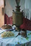 Samovar och bröd för tappning som rysk är salta på tabellen som täckas med en bordduk Välkomnande till Ryssland Från Ryssland med Royaltyfri Foto
