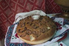 Samovar och bröd för tappning som rysk är salta på tabellen som täckas med en bordduk Välkomnande till Ryssland Från Ryssland med Arkivbilder