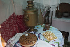 Samovar och bröd för tappning som rysk är salta på tabellen som täckas med en bordduk Välkomnande till Ryssland Från Ryssland med Arkivfoto