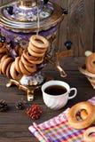 Samovar ruso antiguo con una taza grande de té Imagenes de archivo