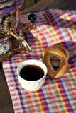 Samovar ruso antiguo con una taza grande de té Imagen de archivo