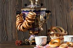 Samovar ruso antiguo con una taza grande de té Fotos de archivo