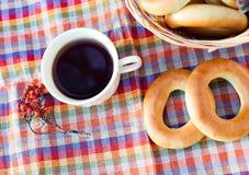 Samovar ruso antiguo con una taza grande de té Fotografía de archivo