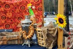Samovar ruso con los panecillos Fotos de archivo libres de regalías