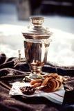 Samovar ruso con los panecillos y el atasco Fiesta del té al aire libre Fotos de archivo libres de regalías