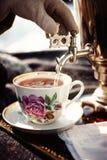 Samovar ruso con los panecillos y el atasco Fiesta del té al aire libre Fotografía de archivo libre de regalías