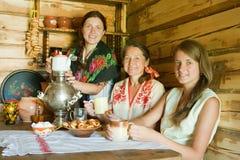 Samovar ruso tradicional del nea de las mujeres Imagen de archivo libre de regalías