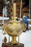 Samovar ruso tradicional, un envase del metal usado para calentar y para hervir el agua para la ceremonia de té foto de archivo