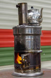 Samovar russa antica con fuoco aperto Un dispositivo per produrre tè Fotografie Stock Libere da Diritti