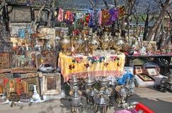 Samovar russe et toute autre antiquité sur le marché aux puces d'Izmailovo photos libres de droits