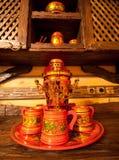 Samovar russo tradizionale con le tazze Immagini Stock Libere da Diritti