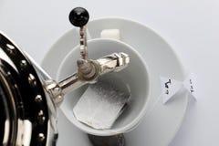 Samovar sobre una taza de té Imagen de archivo libre de regalías