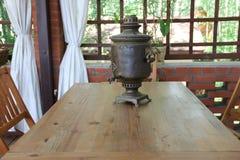 Samovar sur la table Image libre de droits