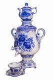 Samovar, tekanna och kopp från Gzhel porslin Arkivfoto