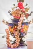 Samovar tradicional ruso adornado Imagenes de archivo