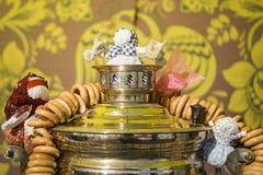 samovar Tradition russe du boire de thé Bonbons russes à bagels pour le thé Bouilloire peu commune Beau russe photos libres de droits
