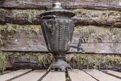 Samovar tradizionale russa del metallo dell'oggetto d'antiquariato del tè ricordo fotografie stock