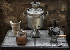 Samovar viejo, amoladora de café, lámpara de aceite, fabricante de café Imagen de archivo