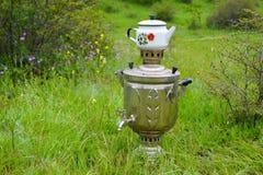 Samovar y tetera con té fragante en fondo verde imagenes de archivo