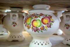 Samovars de poterie de terre peints par blanc Photographie stock libre de droits
