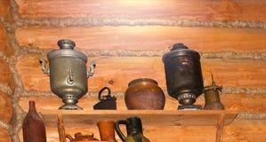 Samovarvoorwerpen van Russische antiquiteit, tegen de achtergrond royalty-vrije stock afbeelding