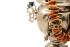 Samovarwijnoogst geïsoleerd metaal op witte achtergrond met ongezuurde broodjes Royalty-vrije Stock Afbeelding