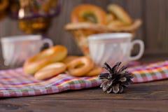 Samowar auf einem hölzernen Hintergrund mit Bageln und Tee Stockfotografie