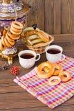 Samowar auf einem hölzernen Hintergrund mit Bageln und Tee Lizenzfreie Stockfotografie