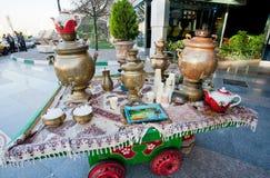 Samowar, herbaciani czajniki i teapots na stole dla orzeźwień blisko zakupy centrum handlowego, Fotografia Stock