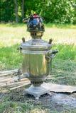 Samowar mit Teekanne in der Natur Lizenzfreie Stockfotografie
