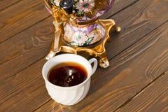 Samowar und zwei Tassen Tee auf einem hölzernen Hintergrund Stockbild