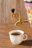 Samowar und zwei Tassen Tee auf einem hölzernen Hintergrund Lizenzfreie Stockfotografie