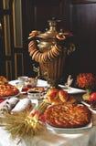 Samowar z kulebiakami Zdjęcia Royalty Free