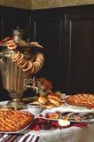 Samowar z kulebiakami Obraz Royalty Free