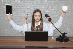 Samowystarczalna biznesowa kobieta pracuje dla kilka ludzi przy Tim Obrazy Royalty Free